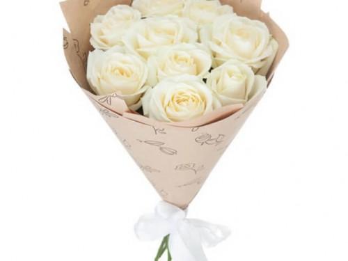 Розы белые в крафте