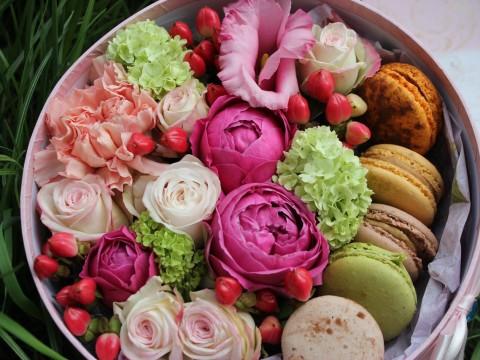 Коробочка с цветами и макарунами 23*23 см яркая круглая