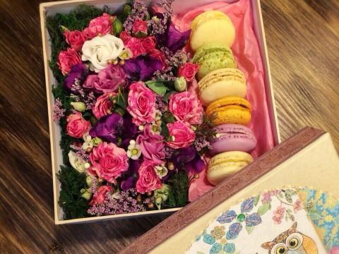 Коробочка с цветами и макарунами 20*20 см с совушкам