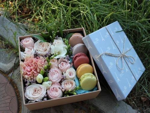 Коробочка с цветами и макарунами 18*18 пастель