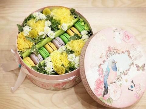 Коробочка с цветами и макарунами 20*20см в желтой гамме