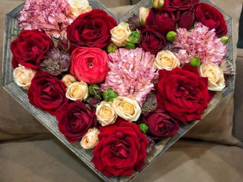 Красное сердце из цветов