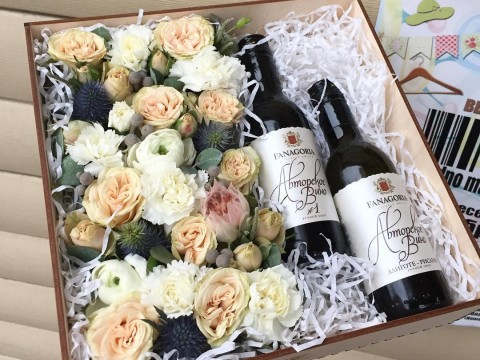 Коробка с вином и цветами