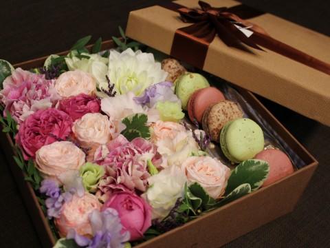 Коробочка с цветами и макарунами 25*25 см