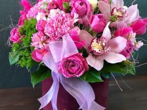 Коробка с орхидеями и розами