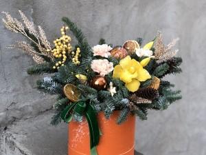 Коробочка с цветами и хвоей